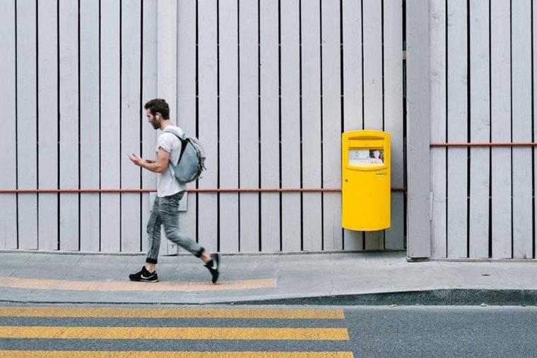 Persona che visualizza video facebook in strada