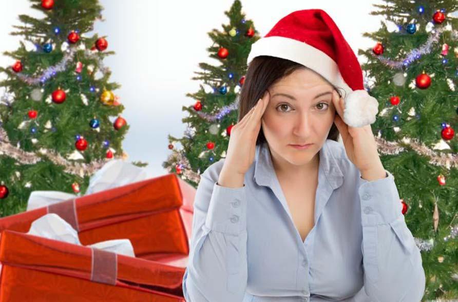 donna preoccupata per organizzare cene di natale aziendali