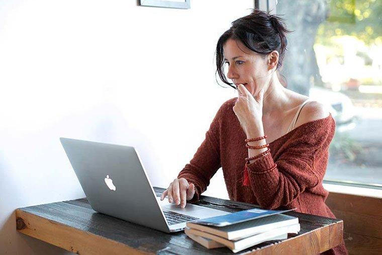 seo checklist: persona che lavora sui contenuti