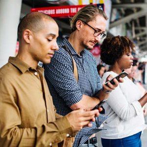 sponsorizzazione facebook persone che guardano i social da smartphone