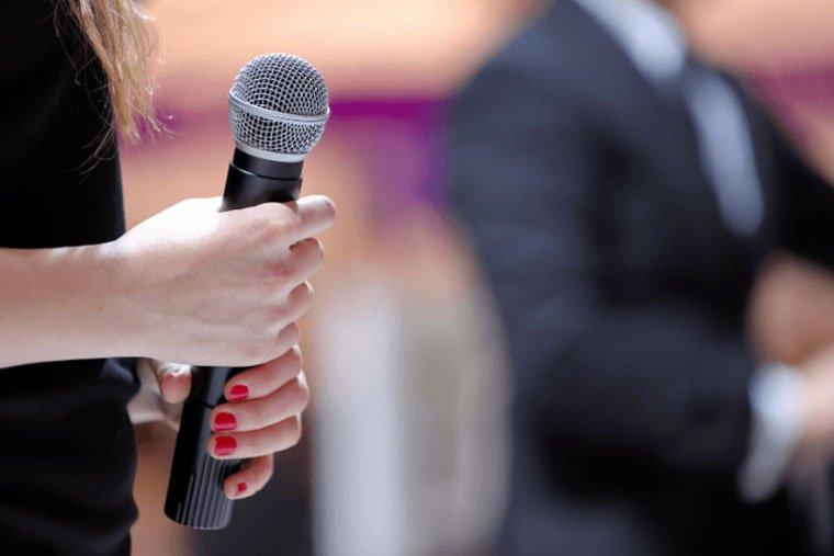 discorso di apertura utilizzare un microfono