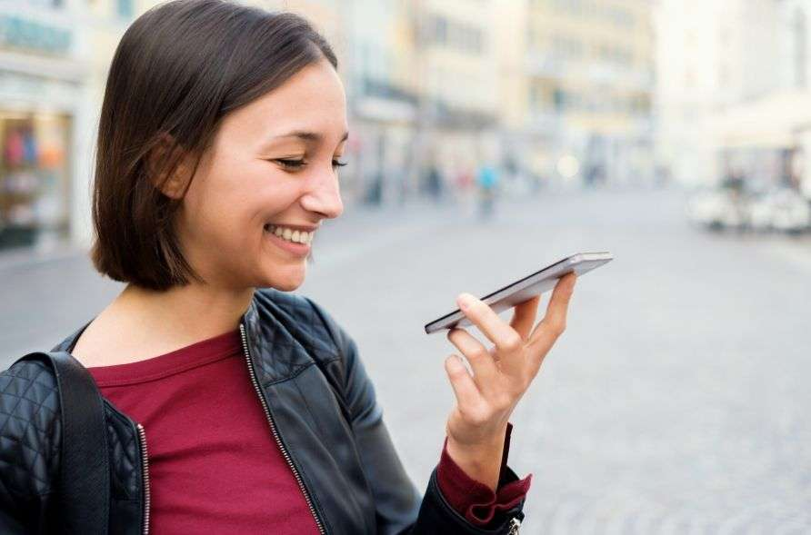 ragazza che effettua ricerca vocale con smartphone