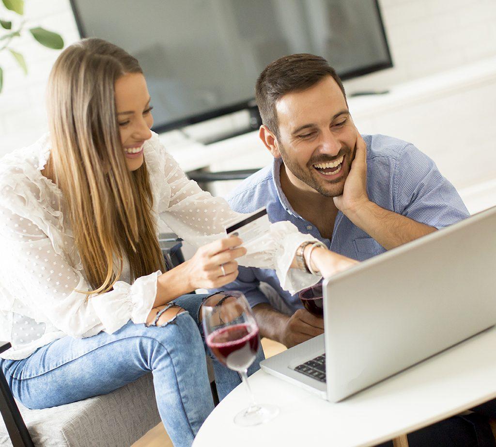 coppia allegra che acquista online